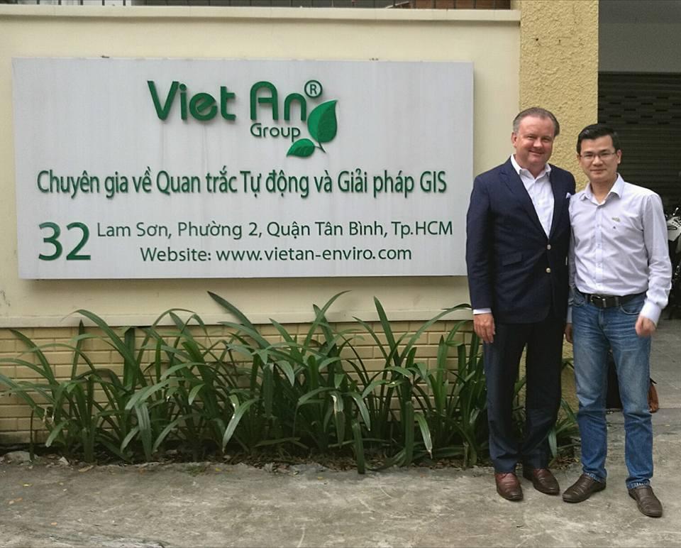 Anh Nguyễn Hoài Thi - Tổng giám đốc Việt An Group chụp hình cùng ông David Laurier CEO of AppliTek tại trụ sở Applitek.